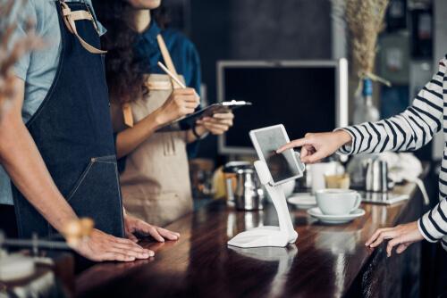 外国のカフェで注文する人たち