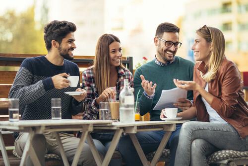 外国人がカフェで会話