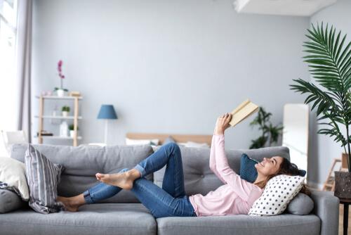 英語学習に本を読む女性