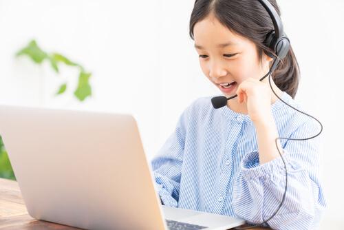 オンラインで英語を勉強する子供