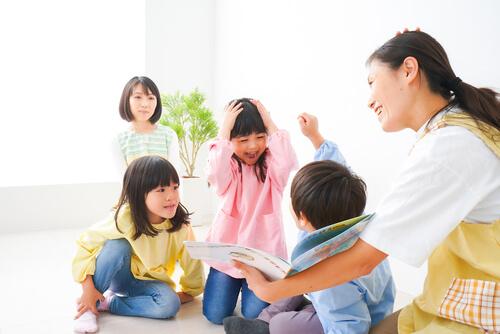 子供達に英語を教える日本人講師