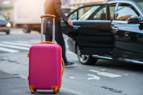 空港でタクシーを拾う女性