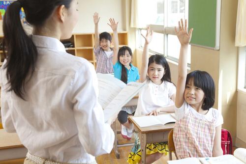 小学校の英語教師不足や問題点