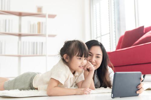タブレットで英語を勉強する親子